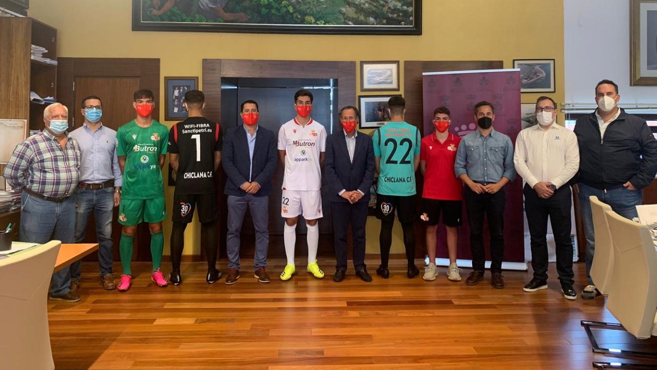 Jugadores y patrocinadores con la nueva equipación